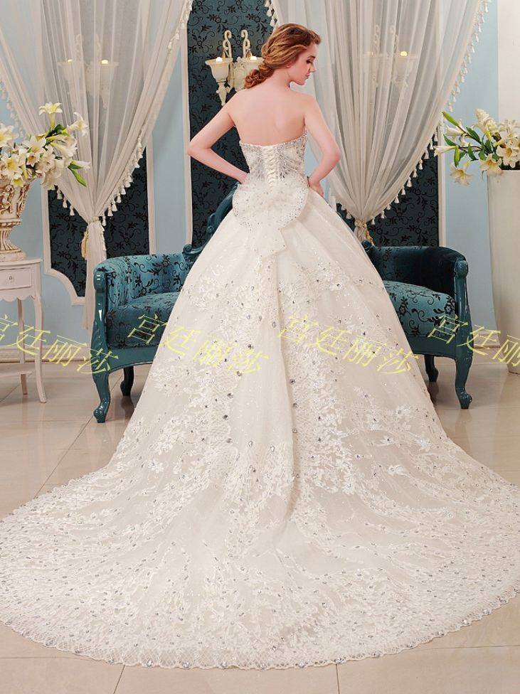 Romantic Diamonds Studded Sweetheart  Neckline 1 m Train Wedding Dress